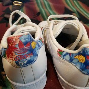 adidas Shoes - White Adidas shell toe. Floral print. 91d0a6557a25